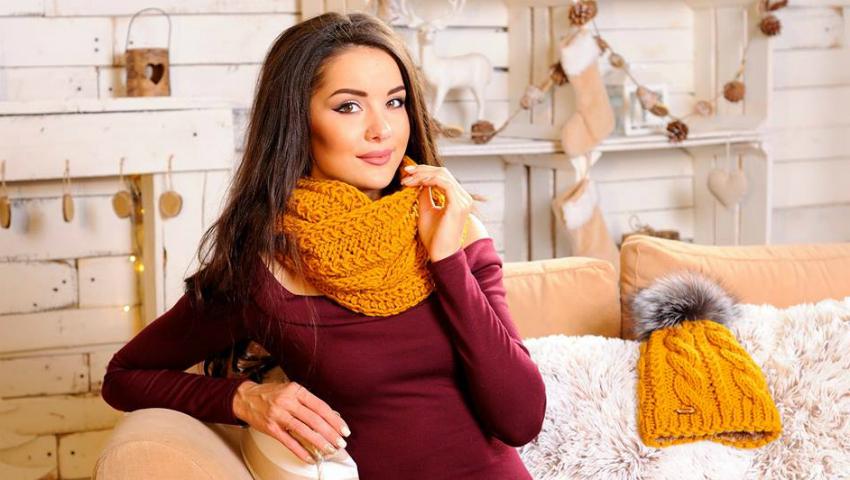 Foto: Antonella Gobjila are o colecție deosebită de accesorii pentru iarnă. Tu ai purta o căciulă din fire de aur?