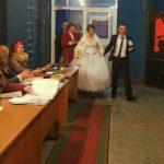 Foto: Luați exemplu! În Comuna Mîndrești toată nunta a venit la secția de votare