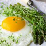 Foto: Ochiuri cu sparanghel la grătar