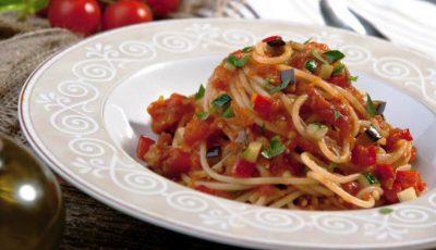 Spaghete cu legume și sos de roșii