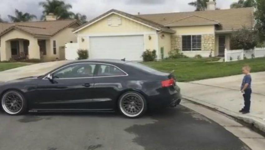 Foto: Video! Și-a pus copilul lângă mașină și a apăsat pedala! Este revoltător modul cum a decis acest părinte să extragă dintele copilului