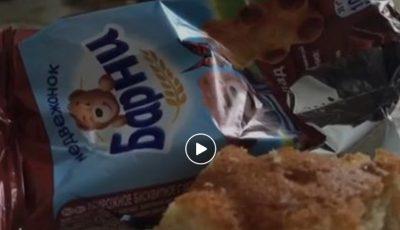 """Dezgustător! Iată ce a descoperit un consumator în prăjitura ,,Barni""""! Video"""
