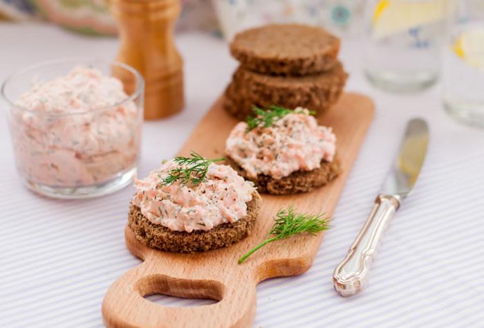 1-aperitive-mese-festive-tartine-cu-pate-din-somon