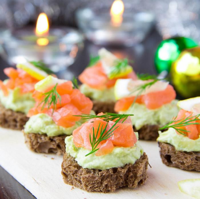 7-aperitive-mese-festive-tartine-cu-crema-de-avocado-si-somon