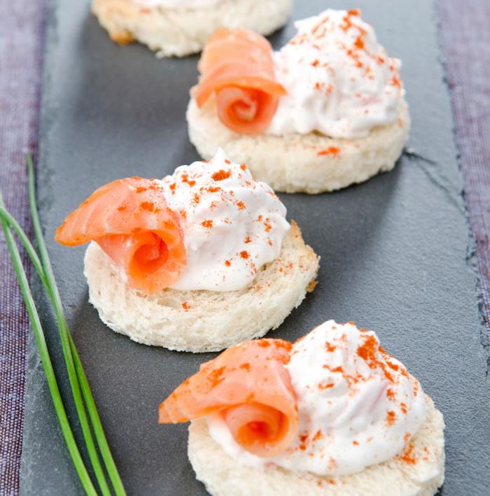 9-aperitive-mese-festive-tartine-cu-crema-de-unt-si-somon
