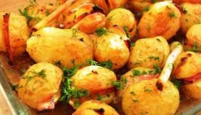 Cartofi proaspeți copți cu bacon și cremă de usturoi