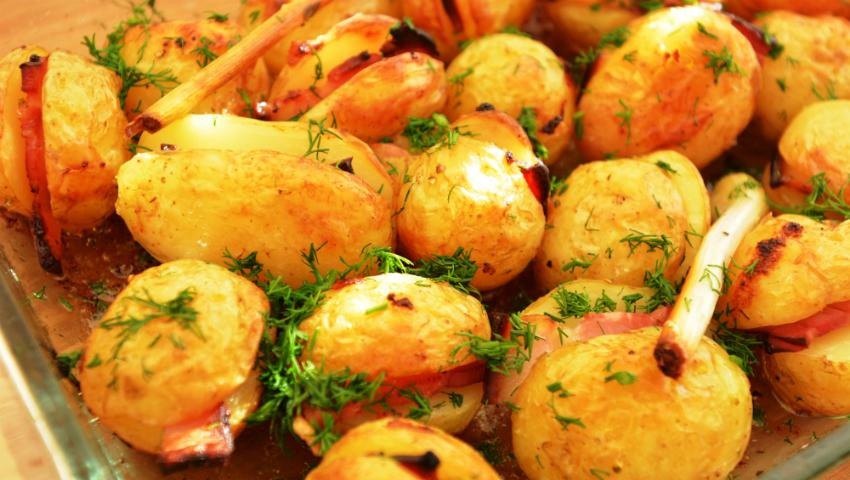 Foto: Cartofi proaspeți copți cu bacon și cremă de usturoi