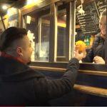 Foto: Alex Man împarte portocale și îmbrățișări prin oraș