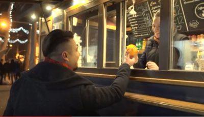 Alex Man împarte portocale și îmbrățișări prin oraș