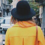 Foto: Această piesă din garderobă te îmbătrânește. O porți și tu!