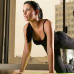 """Foto: Exercițiul care îți tonifiază tricepsul și te scapă de """"stegulețe"""" în această regiune!"""
