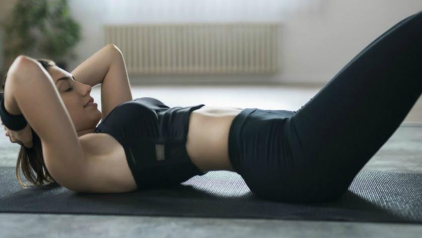Foto: Exercițiul cel mai simplu pentru a-ți păstra spatele drept și fesele frumoase!