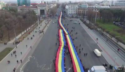 Un tricolor uriaș a fost purtat azi pe străzile Chișinăului, cu ocazia Zilei Naționale a României!