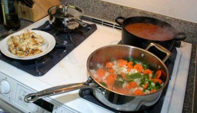 Hotelierii români, nemulţumiţi că turiştii din Moldova îşi pregătesc mâncarea în cameră