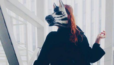 O tânără din Strășeni, cu mască de zebră, incită internauții cu aparițiile sale