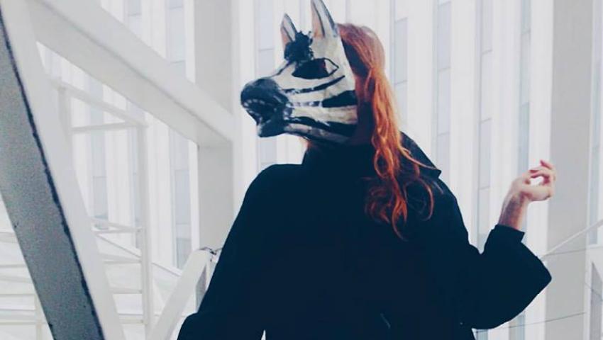 Foto: O tânără din Strășeni, cu mască de zebră, incită internauții cu aparițiile sale