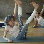 Foto: Cel mai în vârstă instructor de sport din lume! Predă lecții de yoga la 98 de ani