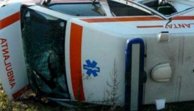Accident în centrul Capitalei! O ambulanţă s-a răsturnat