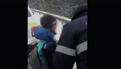 Un copil rătăcit a fost ajutat de polițiști să ajungă acasa!
