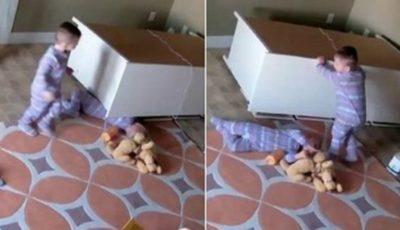 Te trec fiori! Un copil de doar 2 ani, prins sub un dulap
