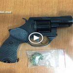 Foto: Droguri și o armă deținută ilegal depistate la domiciliul unui suspect