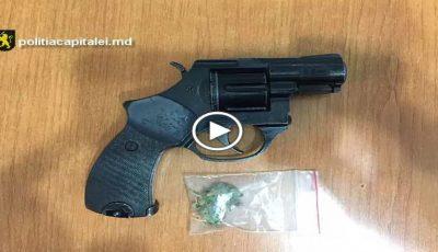 Droguri și o armă deținută ilegal depistate la domiciliul unui suspect