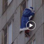 Foto: Video! Un grup de alpiniști, costumați în Moș Crăciun, sosesc în vizită la copiii unui spital din Moscova!