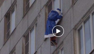 Video! Un grup de alpiniști, costumați în Moș Crăciun, sosesc în vizită la copiii unui spital din Moscova!