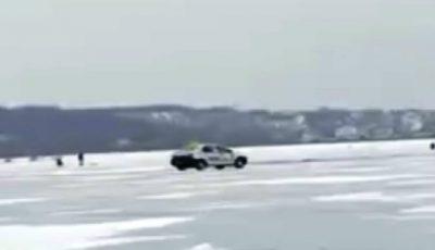 Un taximetrist traversează lacul înghețat de la Ghidighici cu mașina. Imagini video