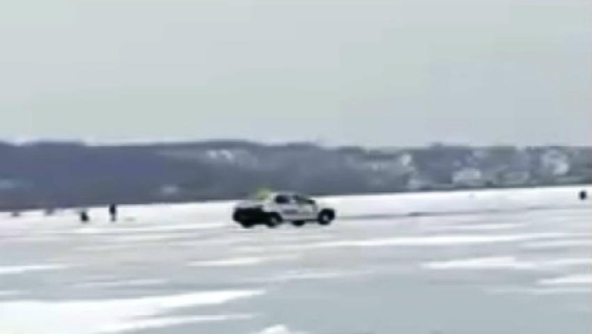 Foto: Un taximetrist traversează lacul înghețat de la Ghidighici cu mașina. Imagini video