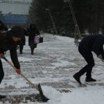 Foto: Medicii rezidenți curăță zăpada din preajma Spitalului Clinic Republican