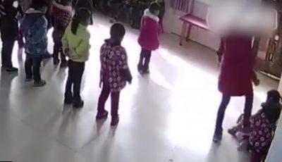 Scene de groază! Copii loviți și târâți pe jos în gradinițele din China