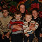 Foto: O femeie din Rezina îngrijește trei copii străini, rămași fără mamă!