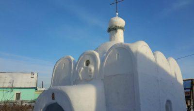 Un tânăr a decis să construiască în curtea casei o biserică de zăpadă