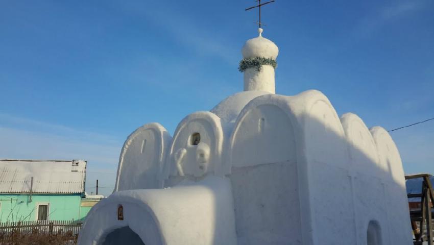 Foto: Un tânăr a decis să construiască în curtea casei o biserică de zăpadă