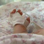 Foto: Un bebeluș de 6 luni, în stare gravă la spital după ce a fost bătut crunt de concubinul mamei sale!