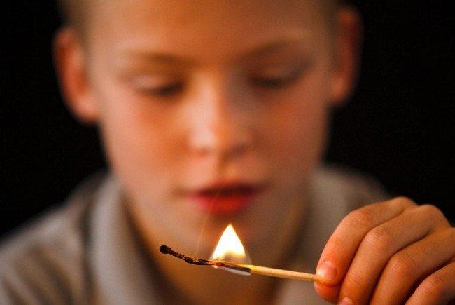 copil-joaca-foc