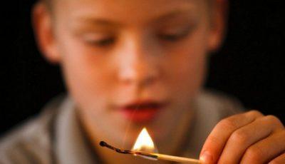 Nu vă jucați cu focul! Doi copii, pe patul de spital cu arsuri pe față și mâini
