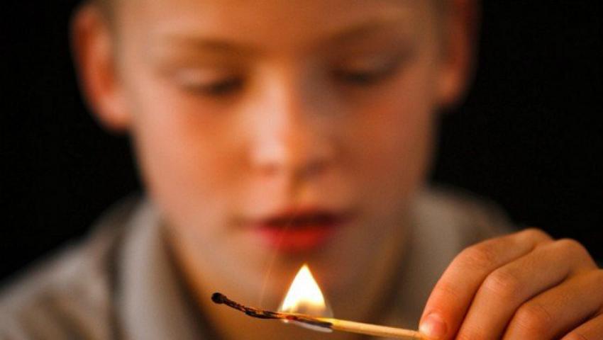 Foto: Nu vă jucați cu focul! Doi copii, pe patul de spital cu arsuri pe față și mâini
