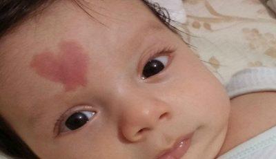 """Bebelușul al cărui semn din naștere a uluit internauții: ,,Mami, eu chiar te iubesc!"""""""