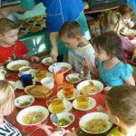 Foto: Mâncare nesănătoasă în grădinițe! Un grup de părinți s-a plâns parlamentarilor de felul cum sunt alimentați, de fapt, copiii