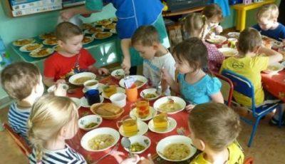 Mâncare nesănătoasă în grădinițe! Un grup de părinți s-a plâns parlamentarilor de felul cum sunt alimentați, de fapt, copiii