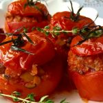 Foto: Roşii umplute cu quinoa și ciuperci. O rețetă delicioasă de post