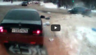 Imagini video șocante! O mașină a lovit în plin o ambulanță. Medicul a fost aruncat pe ușa din spate