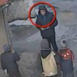 Foto: Acest bărbat e suspectat de jefuirea telefoanelor mobile de la minori