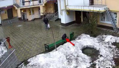 Video. Momentul în care un individ fură o geantă din curtea unui bloc din Capitală