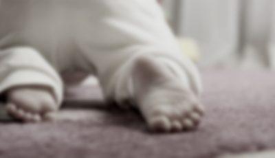 Bebeluș de 10 luni la reanimare, după ce tatăl său l-a trântit de podea