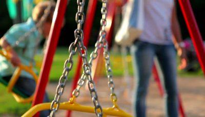 Femeie de 40 de ani, amendată pentru că se dădea în scrânciob la locul de joacă