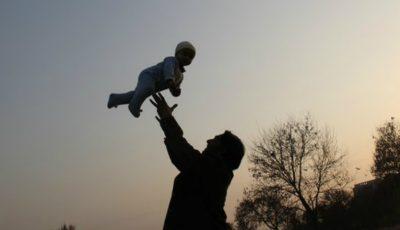 Tragic! Un bebeluș de 5 luni a murit după ce mama sa l-a scăpat pe podea