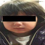 Foto: O fetiță de trei ani, găsită singură noaptea într-un centru comercial din Chișinău. Poliția caută părinții
